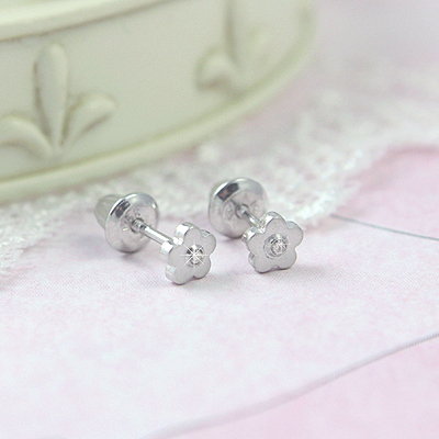 White gold flower earrings for babies and toddlers with genuine diamonds. Screw back earrings in 14kt white gold.
