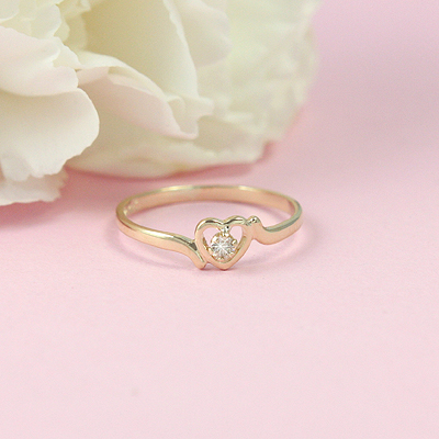 14kt gold diamond heart ring for girls.