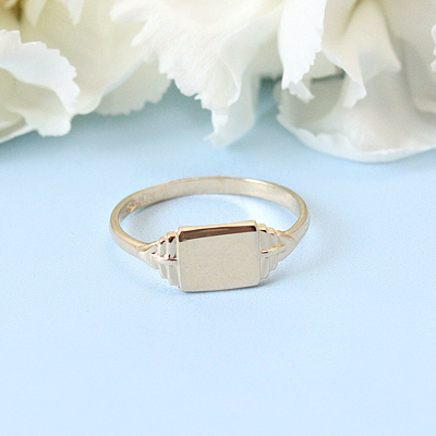 10kt gold signet ring for boys with a rectangular front. Engrave one to three initials on the signet ring.