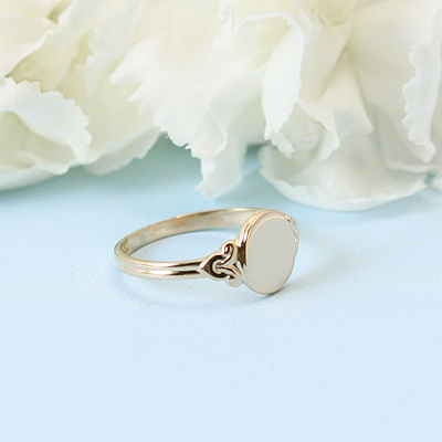 Signet ring for girls in 10kt yellow gold. The signet ring has an oval front and beautiful detailing on the sides.