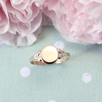 Signet ring for girls in 14kt gold with and oval front and beautiful side details. Polished gold signet ring with free engraving.