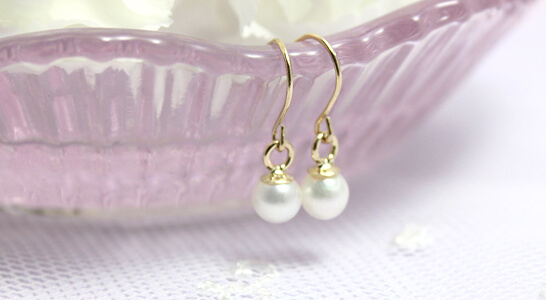 14kt pearl dangle earrings for children. White cultured pearls and gold settings.