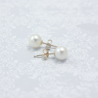 14kt gold pearl stud earrings for children and preteens. Pearl earrings have push on backs.