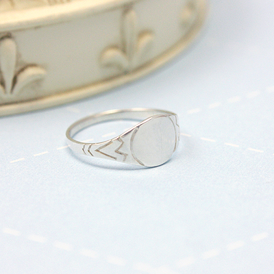 Signet ring for boys in sterling silver with a round front and side detailing. Engrave 1 to 3 initials on the signet ring.