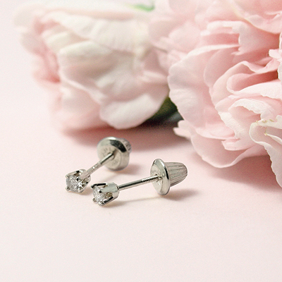 Diamond solitaire earrings for babies and children in 14kt white gold. Screw back earrings.