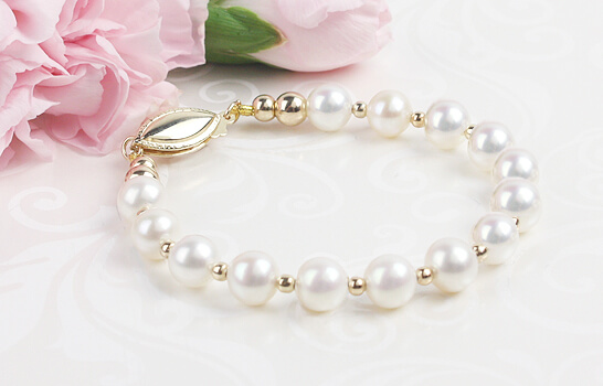 Girls cultured pearl bracelet with 14kt gold in a classic style.