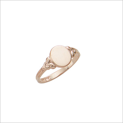 Beautiful gold signet ring for girls with an oval front. Engrave 1 to 3 initials on the signet ring.