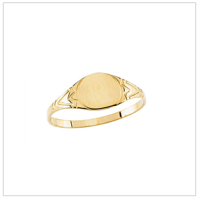 Signet ring for boys in 14kt yellow gold with a round front and side details. Engraving is included on the signet ring.