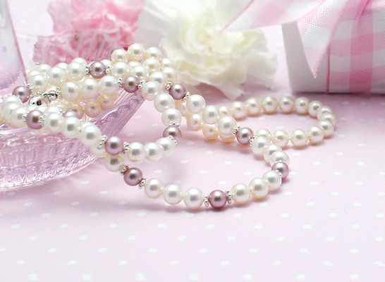 Pearl necklace for girls with white cultured pearls and natural mauve pearls.