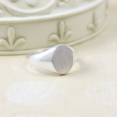 Boys classic signet ring with an oval brushed front. The signet ring has a larger polished band and engraving is free.